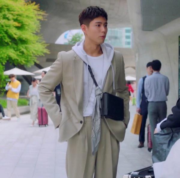 Park Bo Gum Crossbag cực kỳ sành điệu (AMI) trong Record of Youth