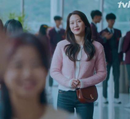Chiếc túi đeo chéo màu nâu của True Beauty Moon Ga Young là Joy Gryson