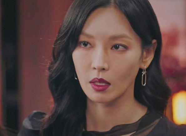 Bông tai bạc sang trọng của Penthouse Kim So yeon là HYERES LOR