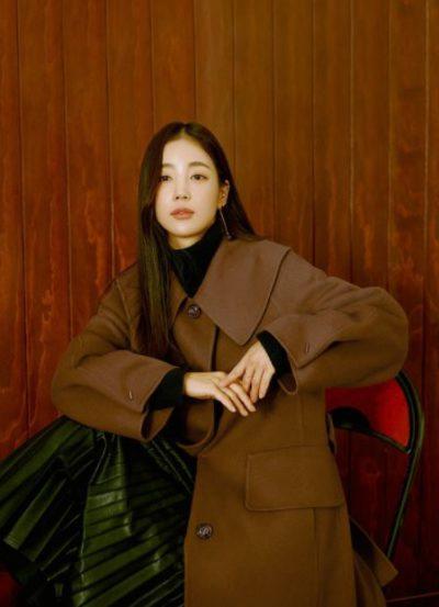 True Beauty Moon Ga Young brauner langer Mantel liegt im Trend