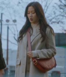 True Beauty Moon Ga Young beige langen Mantel ist gut