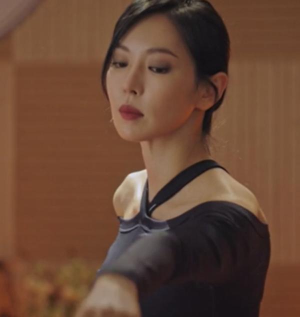 Kemeja yoga biru tua Penthouse Kim So yeon sangat menarik