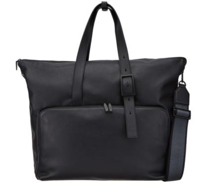 Ela nunca saberia que a bolsa preta Rowoon é completamente estilosa