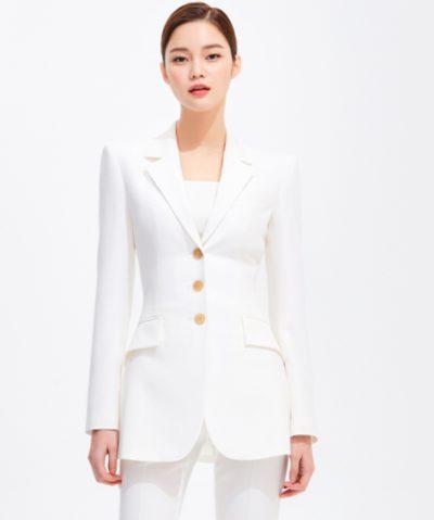 Penthouse Kim Soon ist eine weiße, schlanke Seidenjacke, die extrem sexy ist