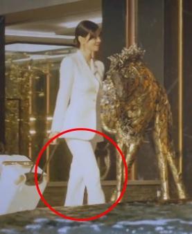 Penthouse Kim So yeon white silk slim pants is completely stylish