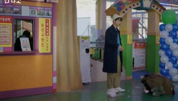 O casaco preto de Vincenzo Song Joong Ki é definitivamente estiloso