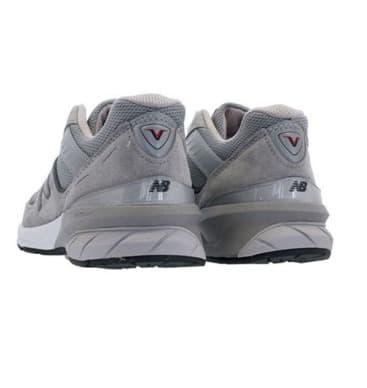 Sepatu lari abu-abu imitasi Lim Na Young adalah barang yang sangat populer