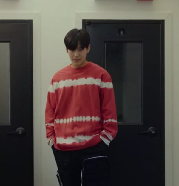 La felpa rossa a righe bianche Imitation Lee Soo Woong è super carina