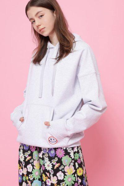 ยังไงก็ตาม Han So hee เสื้อกันหนาวมีฮู้ดสีขาวก็ดูดีสำหรับเขา