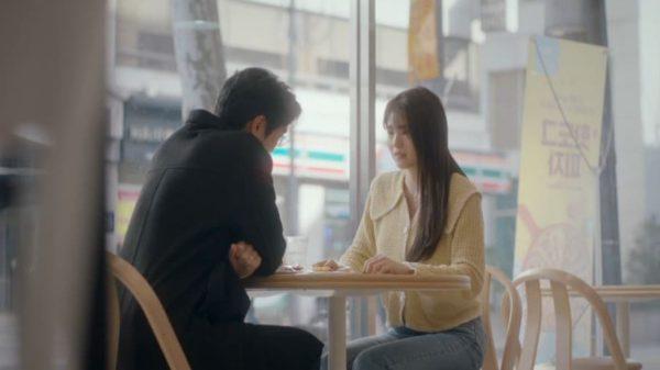 อย่างไรก็ตาม เสื้อคาร์ดิแกนคอกว้างสีเหลืองของ Han So hee มีสไตล์สุด ๆ