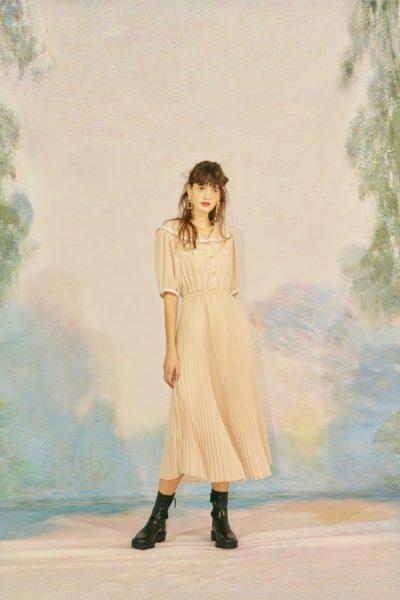 cependant La robe en mousseline de soie à col large Han So Hee est extrêmement belle