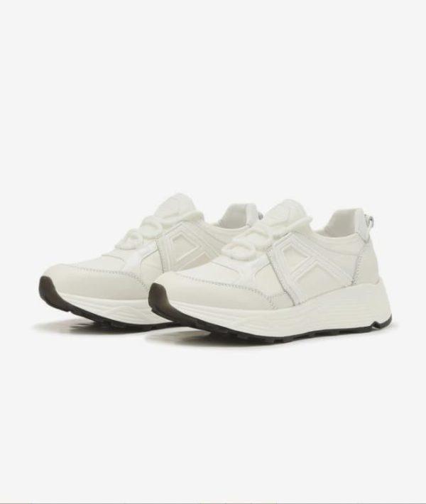 Dennoch Han So Hee weiße Sneakers sind definitiv attraktiv