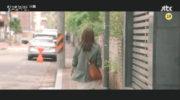Trotzdem Han So Hee GALLERY SMALL BUCKET BAG ist absolut elegant