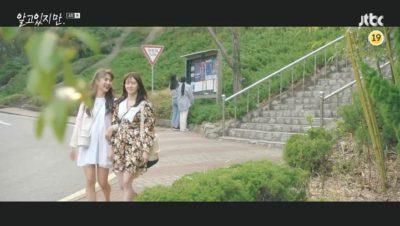 Néanmoins Han So Hee Floral la mini-robe en satin sablé est extrêmement mignonne